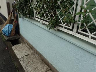 塗り替え前の薄いブルーの塀