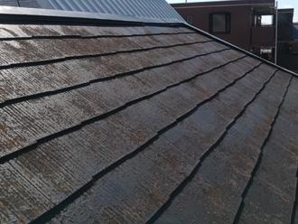 塗装前の黒いスレート屋根