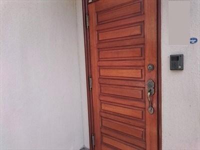 木製の玄関ドアを木目を活かした塗装に塗り替えました|横浜市金沢区、施工後写真