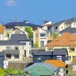 様々な色の外壁の街並み