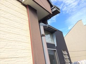 横浜市戸塚区の外壁調査、幕板や付柱などの装飾にもコーキングが打たれている2