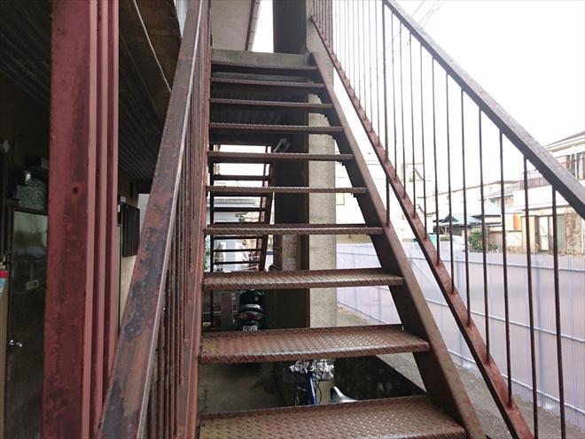 雨ざらしの鉄骨階段