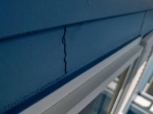 サイディング外壁に発生したひび割れは大きさによって補修方法が異なります