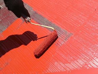 屋根塗装作業中
