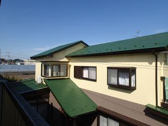 緑の屋根と黄色と茶色の外壁