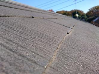 横浜市青葉区 外壁と屋根のリフォーム前調査 屋根材表面が劣化してざらついている