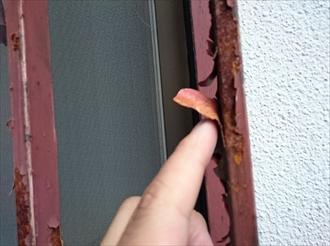 横浜市旭区鶴ヶ峰でチョーキングが出ている外壁とサビた鉄部の塗装工事