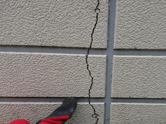 横浜市瀬谷区南台にて、大きなヒビが入っていた窯業系サイディングに張り替え工事をご提案させていただきました
