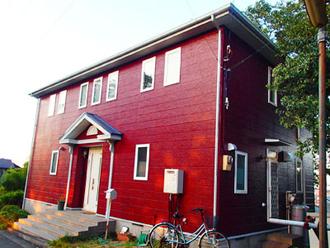 赤い外壁の家