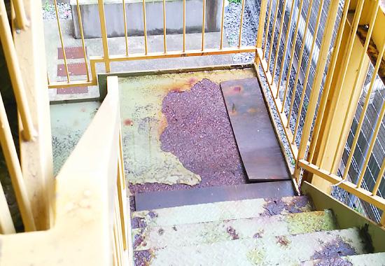 錆が拡がった鉄骨階段