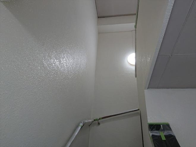 横浜市港北区大倉山にてマンション外廊下の外壁をパーフェクトトップND-503で再塗装