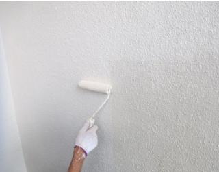 弾性塗料で補修された外壁