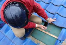 屋根の修繕箇所を写真や動画で記録している様子