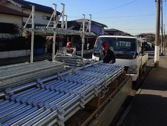 足場材を満載したトラック