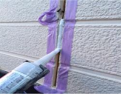 傷んでしまったこれまでのコーキングを取り除き、新しいものへと打ち替えます。低いところはご自分でも打ち替えられるでしょうが、高いところなどは無理をしないで、専門業者にお任せしましょう。  コーキングの打ち替え、または外壁塗装をおこなう際には塗料もコーキング剤も同程度の耐用年数のものを選びましょう。オートンイクシード15+のような高耐久のものがお勧めです。打ち替えと塗装の工事をまとめられるので、足場の仮設も1回にまとめられ、その分、費用が節約できます。