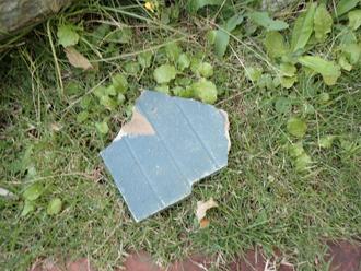 庭に落下してきたスレート