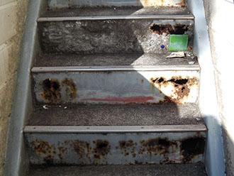 階段のけこみ板のさび